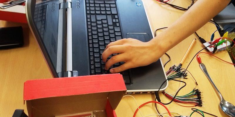 SchülerInnen arbeiten mit den levTools und dem Makey.